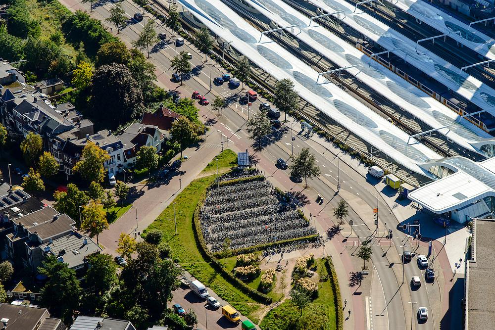 Nederland, Gelderland, Arnhem, 30-09-2015; Arnhem centraal, Station Arnhem. Het nieuwe stationsgebouw (architect  UNStudio, Ben van Berkel), inclusief nieuwe perron overkappingen. Naast de OV terminal met busstation twee kantoorgebouwen, de Parktoren van ATOS en WTC Arnhem Nijmegen.<br /> The new Arnhem Central Station.<br /> luchtfoto (toeslag op standard tarieven);<br /> aerial photo (additional fee required);<br /> copyright foto/photo Siebe Swart