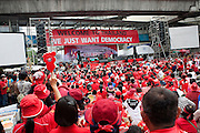 a Ratchaprasong, la sc&egrave;ne est install&eacute;e sous une banderolle 3nous voulons juste la d&eacute;mocratie&quot; . Apr&egrave;s les explosions &agrave; la grenade elle sera remplac&eacute;e par &quot;Protesters not terrorists &quot;.<br /> <br /> In the Red Shirts camp in Ratchaprasong, during speeches of leaders.