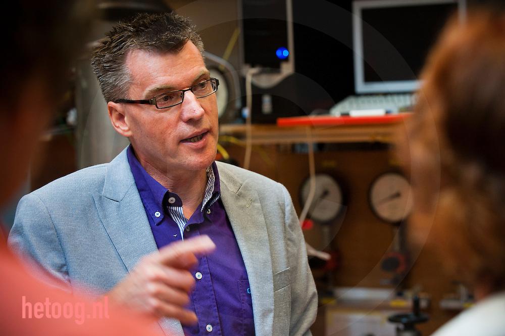 nederland enschede universiteit Twente d.d. 07-09-2010 professor Gerrit Brem .Op de UT werkt men hard aan het berbeteren van het proces pyrolyse waarmee men uit biomassa brandstof kan halen. door verhitting verkrijgt men houtskool gas en de olie waar het v.n.l. om te doen is. die olie bevat echter nog teveel water, is veel te zuur en te onzuiver. foto: Cees Elzenga / Hollandse Hoogte