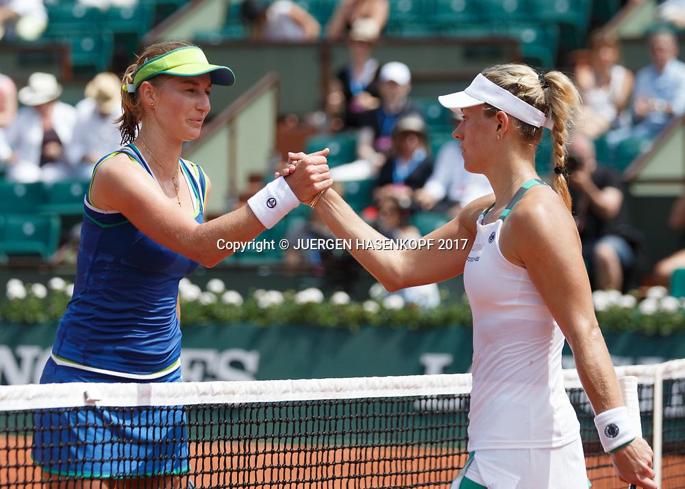 R-L. ANGELIQUE KERBER (GER) gratuliert der Siegerin EKATERINA MAKAROVA (RUS) am Netz,<br /> <br /> Tennis - French Open 2017 - Grand Slam ATP / WTA -  Roland Garros - Paris -  - France  - 28 May 2017.