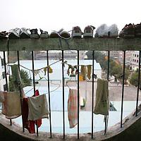 SHENZHEN, DEZ.12.2006:  Waesche haengt vom Balkon in einem Schlafsaal  auf dem Gelaende einer Spielzeugfabrik.