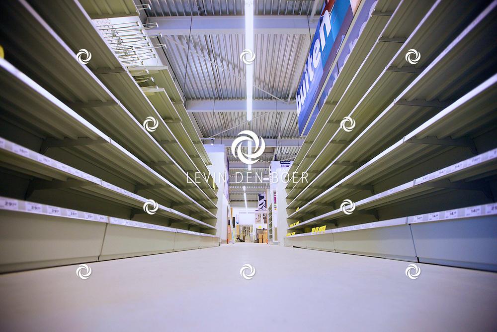 ZALTBOMMEL - De nieuwe Gamma is druk bezig om alles in te delen en op te bouwen want in september 2012 gaan de deuren open voor publiek. FOTO LEVIN DEN BOER - FPLDBP.NL