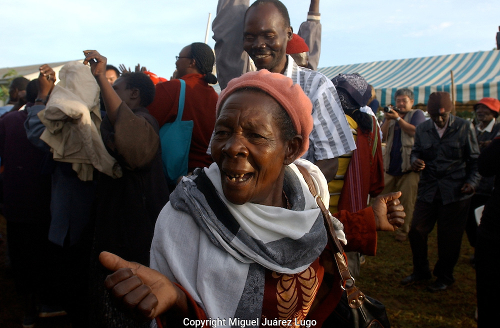 An elder lady of the Luo tribe, in the village of Kogelo,  congratulate each other as they learn that democratic candidate Barack Obama won the US presidential elections. (PHOTO: MIGUEL JUAREZ LUGO).