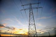 Nederland, Elst, 7-2-2008..Hoogspanningsmast met stroomkabels bij een ondergaande zon...Foto: Flip Franssen/Hollandse Hoogte