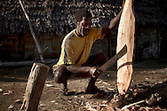 Ni Vanuatu fisherman making an oar. With very few tools available on the remote Maskelyne Island, the oars are made with nothing more than a bush knife. Uleveo, Maskelyne Island, Malampa Province, Malekula, Vanuatu