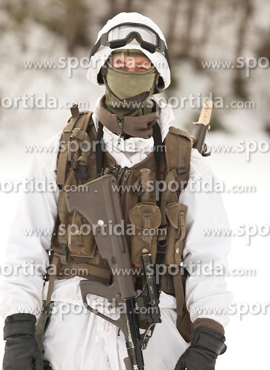 25.02.2010,  Lavanter Forcha, Lavant, AUT, Bundesheer Übung, im Bild ein Soldat des österreichischen Bundesheeres mit Wintertarnanzug, und Steyr AUG STG 77, EXPA Pictures © 2010, PhotoCredit: EXPA/ J. Feichter / SPORTIDA PHOTO AGENCY