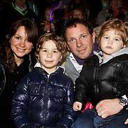 NLD/Harderwijk/20100320 - Opening nieuwe Dolfinarium seizoen met nieuwe show, Robert Leroy en partner Sacha Theeboom en kinderen Joshua, Senne