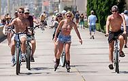 6月15日,在美国加利福尼亚州洛杉矶,民众在海滩消暑。当日, 加州迎来今年夏天第一个热浪,山区、沙漠、谷区和大城市,气温将飙升破90度至100度,而且将持续数天之久。热浪将使全州气温超过正常温度12至18度,因此气象专家呼吁加州民众留在室内,保持凉爽,避免热相关疾病上身。新华社发(赵汉荣摄)<br /> People ride bike in Los Angeles, the United States Thursday June 15, 2017. Temperatures are expected to climb 12 to 18 degrees above normal this weekend through at least the middle of next week, according to the National Weather Service.  Forecasters warned area residents to protect themselves and those close to them from the conditions by dressing light, drinking plenty of water, restricting the time spent in the sun. (Xinhua/Zhao Hanrong)(Photo by Ringo Chiu)<br /> <br /> Usage Notes: This content is intended for editorial use only. For other uses, additional clearances may be required.
