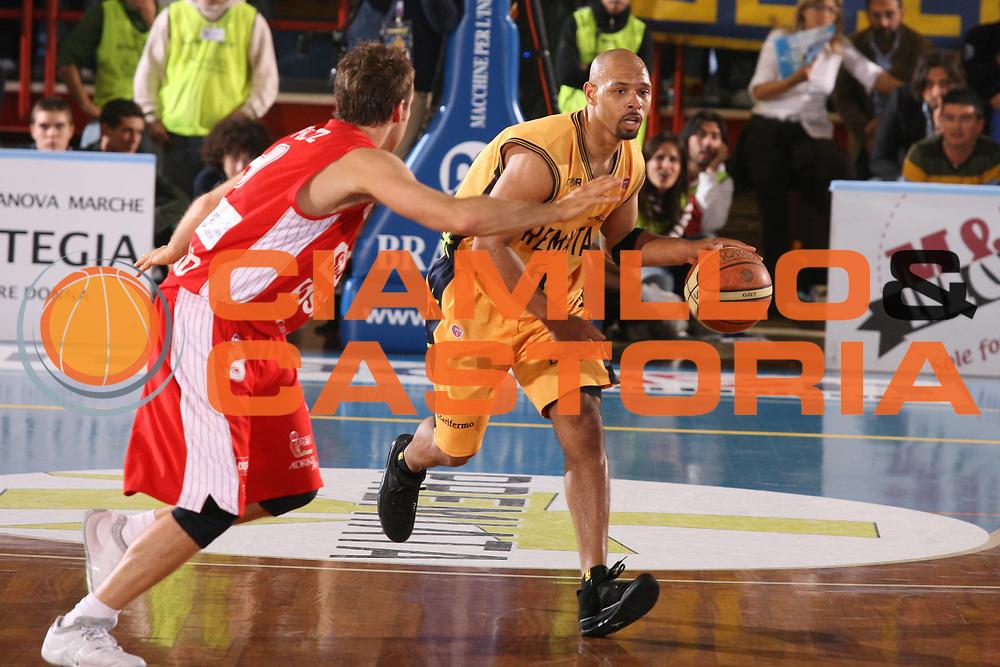 DESCRIZIONE : Porto San Giorgio Lega A1 2007-08 Premiata Montegranaro Scavolini Spar Pesaro <br /> GIOCATORE : Kiwane Garris <br /> SQUADRA : Premiata Montegranaro <br /> EVENTO : Campionato Lega A1 2007-2008 <br /> GARA : Premiata Montegranaro Scavolini Spar Pesaro <br /> DATA : 21/10/2007 <br /> CATEGORIA : Palleggio <br /> SPORT : Pallacanestro <br /> AUTORE : Agenzia Ciamillo-Castoria/G.Ciamillo