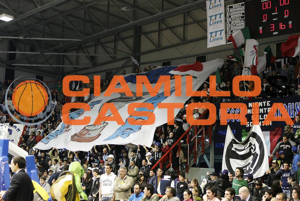 DESCRIZIONE : Napoli Lega A1 2005-06 Carpisa Napoli Angelico Biella<br /> GIOCATORE : Tifosi<br /> SQUADRA : Carpisa Napoli<br /> EVENTO : Campionato Lega A1 2005-2006<br /> GARA : Carpisa Napoli Angelico Biella<br /> DATA : 25/02/2006<br /> CATEGORIA : <br /> SPORT : Pallacanestro<br /> AUTORE : Agenzia Ciamillo-Castoria/A.De Lise
