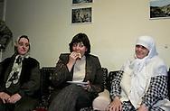 Foto: Gerrit de Heus. Den Haag. 17/11/05. Minister Verdonk bezoekt multicultureel zorgcentrum in Transvaal. Ze werd hartelijk ontvangen, hier eet ze een Turkse Pizza.