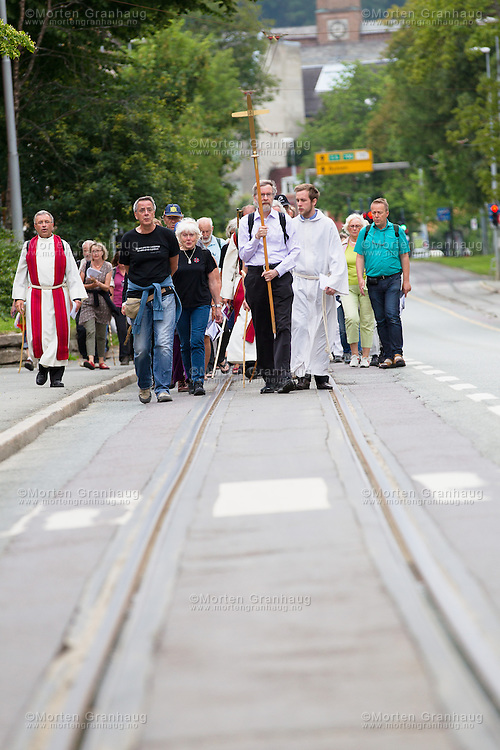 Vandregudstjeneste fra Lo kirke p&aring; Sverresborg til Nidarosdomen, s&oslash;ndag 28. juli 2013.<br /> Vandringen gikk innom Ilen kirke og Hospitalskirken, f&oslash;r turen gikk til V&aring;r Frue kirke, der det ogs&aring; ankom en tilsvarende vandring fra Lade kirke.<br /> Vandringen ble avsluttet med gudstjeneste i Nidarosdomen.