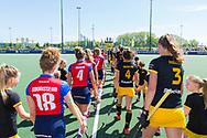 Den Bosch - Den Bosch - SCHC  Dames, Halve Finale  Playoffs, Tweede wedstrijd, Hoofdklasse Hockey Dames, Seizoen 2017-2018, 05-05-2018, Den Bosch - SCHC 4-2,  spelers betreden het veld<br /> <br /> (c) Willem Vernes Fotografie
