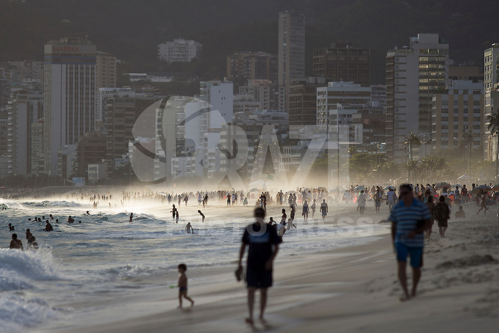 RIO DE JANEIRO, RJ, 10.11.2014 - CLIMATEMPO - FIM DE TARDE - RIO DE JANEIRO - Fim de tarde na praia de Ipanema, zona sul da cidade, nesta segunda-feira, 10. (Foto: Gustavo Serebrenick / Brazil Photo Press)