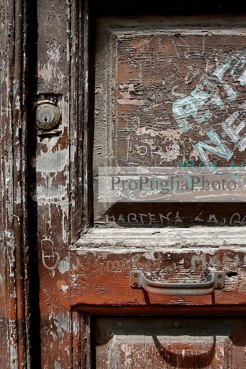 Un vecchio portone fotografato per le vie di Brindisi, mostra i segni del tempo. Se ci si sposta verso il porto è più frequente incontrare case abbandonate con portoni deturpati dal tempo e dalle scritte dei ragazzini.