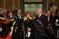 15 DEC 2003, BERLIN/GERMANY:<br /> Guido Westerwelle, FDP Bundesvorsizender, Angela Merkel, CDU Bundesvorsitzende, und Edmund Stoiber, CSU, Ministerpraesident Bayern, (v.L.n.R.), spiegeln sich in einem runden Spiegel an der Decke der Wandelhalle, waehrend der Pressekonferenz zu den Ergebnissen der Sitzung des Vermittlungsausschusses, Bundesrat<br /> IMAGE: 20031215-01-026<br /> KEYWORDS: Pressestatement, Mikrofon, microphone, Journalist, Journalisten