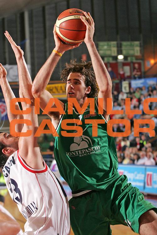 DESCRIZIONE : Reggio Emilia Lega A1 2005-06 Bipop Carire Reggio Emilia Montepaschi Siena <br /> GIOCATORE : Datome <br /> SQUADRA : Montepaschi Siena <br /> EVENTO : Campionato Lega A1 2005-2006 <br /> GARA : Bipop Carire Reggio Emilia Montepaschi Siena <br /> DATA : 20/04/2006 <br /> CATEGORIA : Tiro <br /> SPORT : Pallacanestro <br /> AUTORE : Agenzia Ciamillo-Castoria/Fotostudio 13 <br /> Galleria : Lega Basket A1 2005-2006 <br /> Fotonotizia : Reggio Emilia Campionato Italiano Lega A1 2005-2006 Bipop Carire Reggio Emilia Montepaschi Siena <br /> Predefinita :