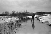 Skridskoåkare på en å.