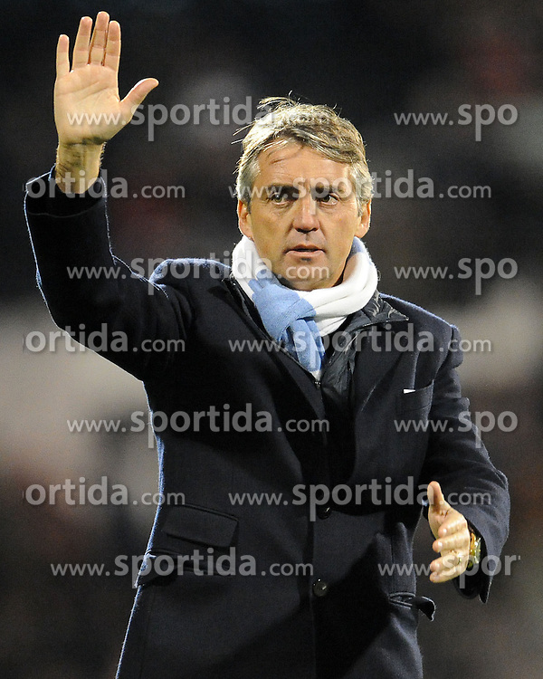 21.11.2010, Graven Cottage, London, ENG, PL, Fulham vs Manchester City, im Bild A satisfied Manchester City's manager Roberto Mancini salutes the fans  Fulham vs Manchester City  in the Barclays Premier League  at Craven Cottage stadium in London on 21/11/2010, EXPA Pictures © 2010, PhotoCredit: EXPA/ IPS/ R. Noyes *** ATTENTION *** UK AND FRANCE OUT!