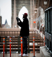 NEW YORK, 20160117: Bilder fra New York City. Person i siluett på Brooklyn Bridge. FOTO: TOM HANSEN