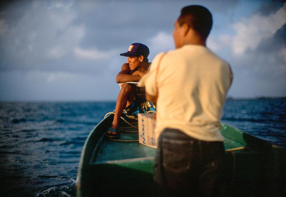 Panama - Isola del Dentice, San Blas - Il popolo Kuna, trasporto su acqua :-: Nalunega Island, San Blas - Kuna people on their boats