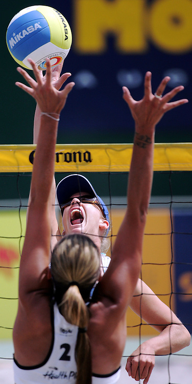 Tracey Linquist (USA) in action during the NZ Beach Volleyball Open semi final at Stanley St, Auckland, 22 January 2006. Photo: Tim Hales/PHOTOSPORT<br /><br /><br />143450