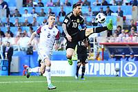 v.l. Birkir Mar Saevarsson, Lionel Messi (Argentinien)<br /> Moskau, 16.06.2018, FIFA Fussball WM 2018 in Russland, Vorrunde, Argentinien - Island 1:1<br /> Argentina - Iceland
