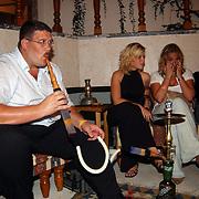 Miss Nederland 2003 reis Turkije, Edwin Janssen, Vivienne de Rop, Nathalie Smits aan de waterpijp