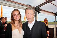 KATWIJK - Op vliegbasis Valkenburg hield Soldaat van Oranje een tweede premiere ter gelegenheid van een nieuwe Cast.  Met op de foto Hajo Bruins met dochter. FOTO LEVIN DEN BOER - PERSFOTO.NU