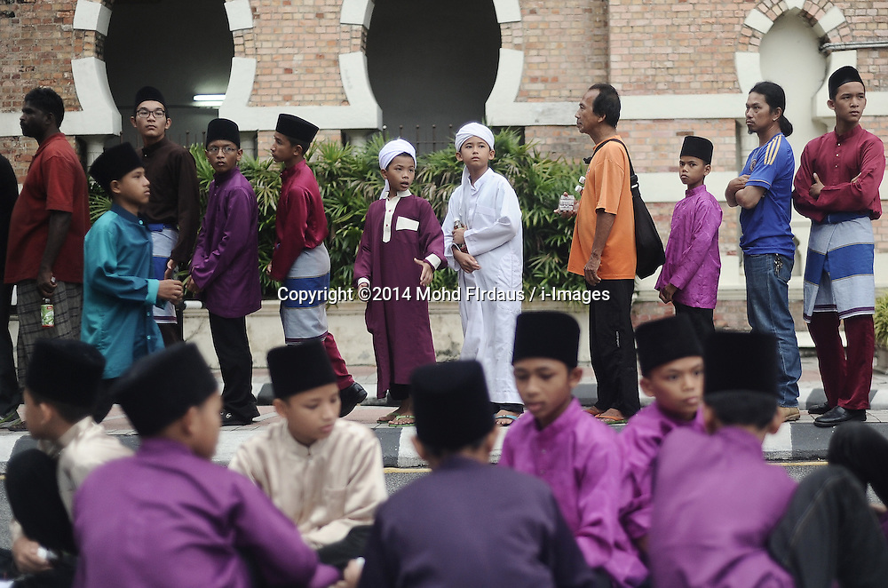 Image ©Licensed to i-Images Picture Agency. 29/06/2014. Kuala Lumpur, Malaysia. Malaysian Muslims queue before breaking their fast on the first day of the holy fasting month of Ramadan. Picture by Mohd FIrdaus / i-Images