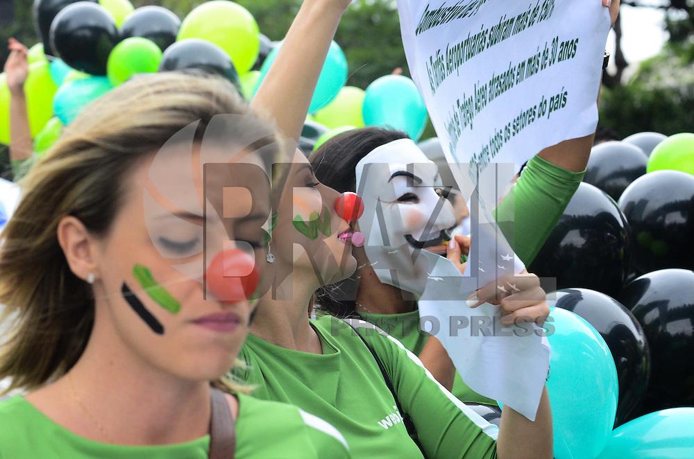ATENÇÃO EDITOR: FOTO EMBARGADA PARA VEÍCULOS INTERNACIONAIS. - SAO PAULO, SP, 26 de Novembro 2012 - PROTESTO WEBJER - Funcionarios da WebJet protestao no aeroporto de congonhas na tarde de hoje contra o fechamento da empresa. (FOTO: ADRIANO LIMA / BRAZIL PHOTO PRESS).