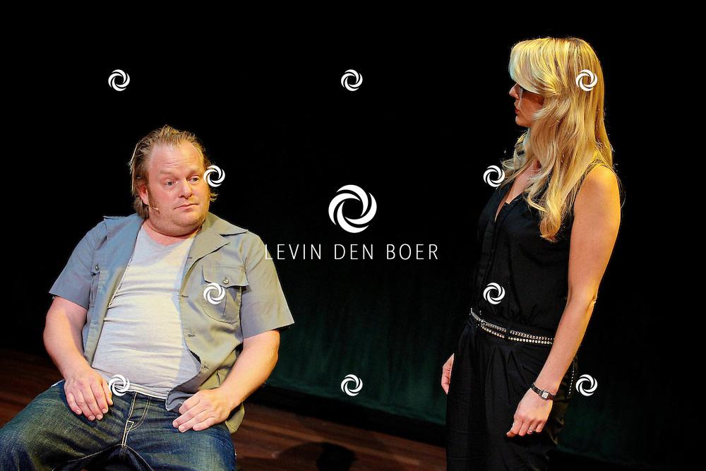 AMSTERDAM - In het DeLaMar Theater gaf Joop van den Ende Theaterproducties een kleine sneakpeak naar de nieuwe Nederlandse Musical, Hij Gelooft In Mij.  Met op de foto de kus scene tussen Martijn Fischer en Chantal Janzen. FOTO LEVIN DEN BOER - PERSFOTO.NU