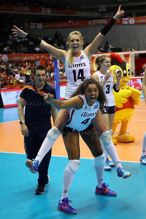21-05-2016 JAP: OKT Nederland - Peru, Tokio<br /> De Nederlandse volleybalsters winnen met 3-0 en plaatsen zich als eerste voor Rio / Vreugde bij Nederland met oa. Coach Giovanni Guidetti, Laura Dijkema #14, Celeste Plak #4