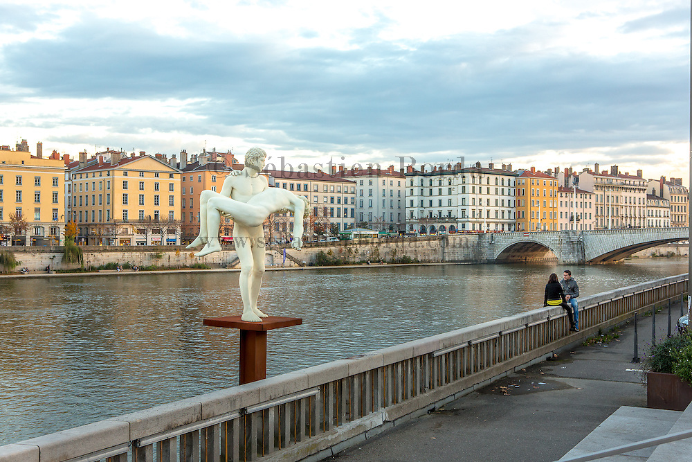 "Statue ""The Weight of Oneself"" des artistes Elmgreen & Dragset sur les bords de la Saône // Statue ""The Weight of Oneself "" by artists Elmgreen & Dragset on Saône riverside"