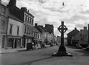 30/03/1957 <br /> Views of towns in Ireland. Main Street, Cashel, Co. Tipperary with cross memorial to Archbishop Croke.