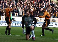 Fotball<br /> Premier League England <br /> 21.02.2004<br /> Wolverhampton v Fulham<br /> Foto: Fotosports/Digitalsport<br /> NORWAY ONLY<br /> <br /> PAUL INCE (WOLVES) CELEBRATES  FIRST GOAL WITH ALEX RAE - DEJECTED KEEPER ERWIN VAN DER SAAR