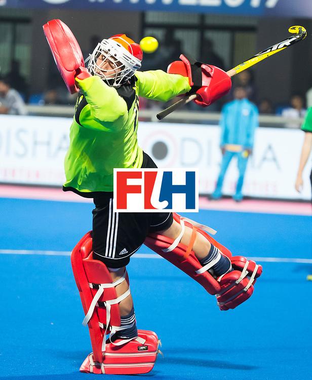 BHUBANESWAR -  keeper Pirmin Blaak (Ned) bij de shoot-outs   tijdens de Hockey World League Finals , de kwartfinale wedstrijd Duitsland-Nederland (3-3).Duitsland wint na shoot-outs. COPYRIGHT KOEN SUYK