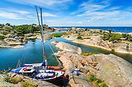 Segelbåtar vid klippa vid Stora-Nassa i Stockholms  ytterskärgård.