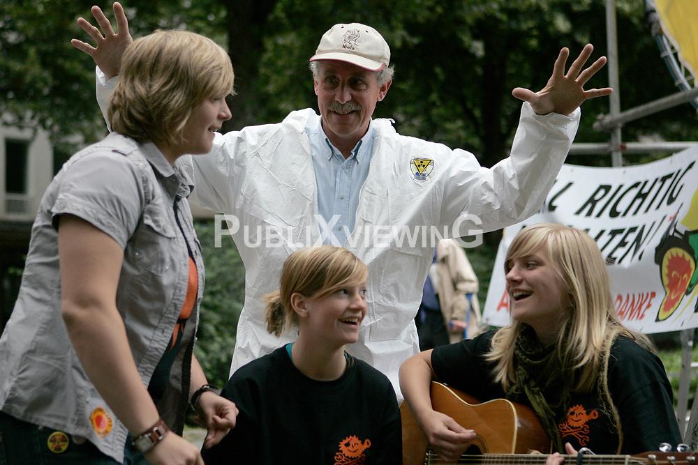 BI on Tour - Bus-Tour der B&uuml;rgerinitiative Umweltschutz L&uuml;chow-Dannenberg im Sommer 2009. Mit einen Reisebus tourte die BI einen Monat lang durch Deutschland, um auf die drohende Verl&auml;ngerung der Laufzeiten von AKW im Falle eines Wahlsigs von CDU und FDP aufmerksam zu machen. Im Bild: Nils Odefey (Mitte) mit der Musikgruppe &quot;Direkt&quot;<br /> <br /> Ort: M&uuml;nchen<br /> Copyright: Andreas Conradt<br /> Quelle: PubliXviewinG