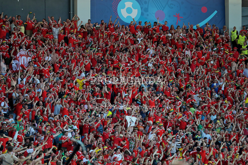 TOULOUSE, FRANCE - Monday, June 20, 2016: Wales supporters celebrate the opening goal against Russia scored by Aaron Ramsey during the final Group B UEFA Euro 2016 Championship match at Stadium de Toulouse. (Pic by David Rawcliffe/Propaganda)