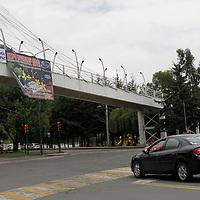 """Toluca, Mex.- Este domingo en diversos puentes peatonales  de Toluca aparecieron mantas  con la leyenda """"Basta de Guerra que llegue la Paz"""", los ciudadanos veían con extrañeza los mensajes. Agencia MVT / Crisanta Espinosa."""
