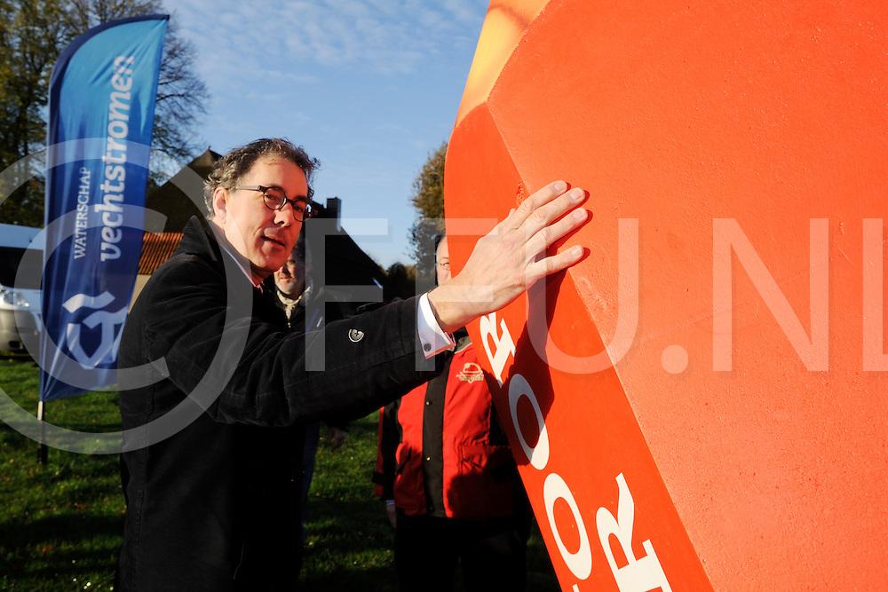 HOLTHONE - Start Waterschap verkiezingen.<br /> Foto: Dijkgraaf Stefan Kuks op en met het verkiezingspotlood.<br /> FFU PRESS AGENCY COPYRIGHT FRANK UIJLENBROEK