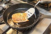 Zubereitung Lachs mit Kartoffelkruste in der Restaurant-Küche, Treuschs im Schwanen, Reichelsheim, Odenwald, Hessen, Deutschland