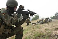 """03 APR 2012, LEHNIN/GERMANY:<br /> Kampfschwimmer der Bundeswehr trainieren """"an Land"""" infanteristische Kampf, hier Haeuserkampf- und Geiselbefreiungsszenarien auf einem Truppenuebungsplatz<br /> IMAGE: 20120403-01-155<br /> KEYWORDS: Marine, Bundesmarine, Soldat, Soldaten, Armee, Streitkraefte, Spezialkraefte, Spezialkräfte, Kommandoeinsatz, Übung, Uebung, Training, Spezialisierten Einsatzkraeften Marine, Waffentaucher"""