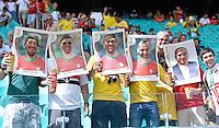 FUSSBALL WM 2014  VORRUNDE    Gruppe G     Deutschland - Portugal              16.06.2014 Lustige Idee: Fans schauen durch uebergrosse Paninibilder
