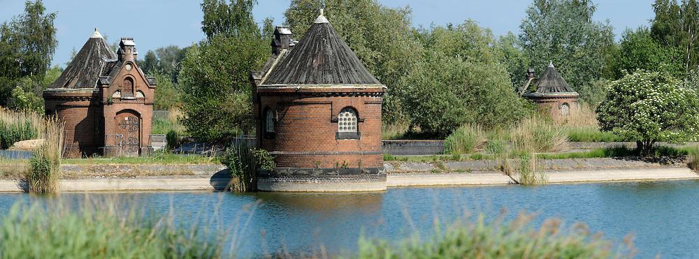 Elbwasser-Filtrierwerk der Hamburger Wasserwerke. Ein Brunnenhäuschen im Filterwerk Kaltehofe. Jedes Filterbecken hat zwei Brunnenhäuschen, eines für den Zulauf und eines für den Ablauf.