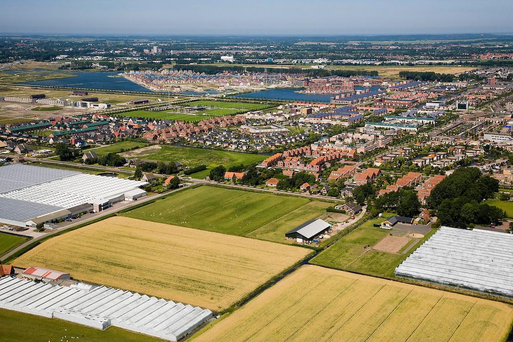 Nederland, Noord-Holland, Heerhugowaard, 14-07-2008; een van de laatste stukken open landschap in de polder Heerhugowaard; kassen, weilanden, akkers  met boerderijen; Stad van de Zon (Sun City), nieuwbouwwijk op VINEX lokatie; milieuvriendelijke wijk, energiezuinige huizen sommigen waarvan bovendien uitgerust met zonne-energie panelen; verrommeling en aantasting van het klassiek polderlandschap.zonnepanelen, zonne-energie panelen, zonnepaneel, paneel; Sun City, new housing estate in Northwest of the Netherlands, energy neutral - environmetal friendly houses, equiped with individual solar panels; suncity;  solar energy, solar panel, solar power. .luchtfoto (toeslag); aerial photo (additional fee required); .foto Siebe Swart / photo Siebe Swart
