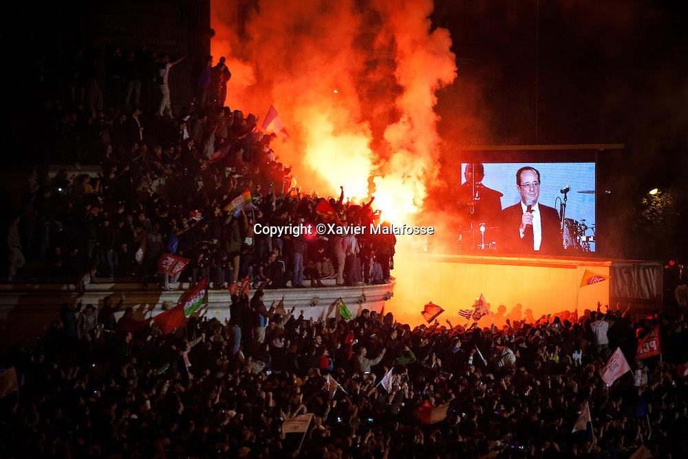 Et c'est au son d'une Marseillaise assourdissante, reprise a l'unisson par la foule, que Francois Hollande acheve son discours, promettant le changement...Le Roi est mort, vive le Roi !
