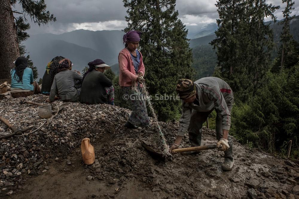 For a story by Steven Lee Myers, Bhutan<br /> Haa, Bhutan, August 3rd, 2017<br /> Indian labourers hired by the Indian Army to improve the Bhutanese road network in the regions bordering China. <br /> Gilles Sabri&eacute; pour The New York Times