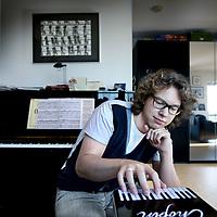 Nederland, Amsterdam , 28 september 2011..Pianist Hannes Minnaar..Minnaar treedt al sinds zijn studietijd regelmatig op in binnen- en buitenland. Hij heeft aan diverse nationale en internationale pianoconcoursen deelgenomen. Tijdens zijn studietijd behaalde hij eerste prijzen op de Rotterdamse Pianodriedaagse (1999) en het Prinses Christina Concours (2003). In 2008 won hij het Internationale Concours van Genève met een tweede prijs; in 2010 behaalde hij een derde prijs op de Koningin Elisabethwedstrijd in Brussel..Minnaar is een van de leden van het Van Baerle trio..Foto:Jean-Pierre Jans